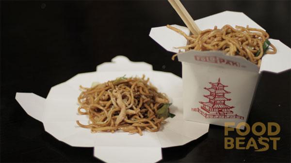 Los recipientes de comida china se hicieron para desdoblarse en forma de platos.